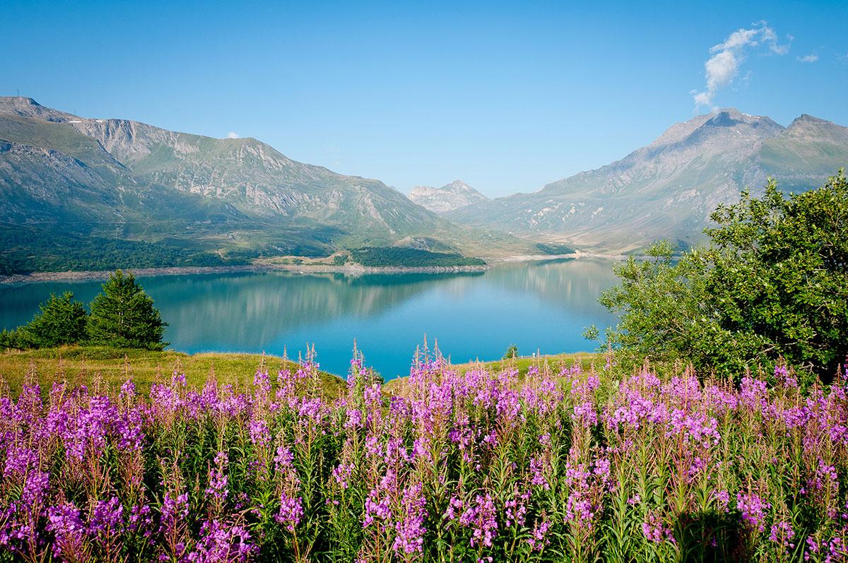 Vue sur le lac du Mont Cenis depuis la tente au réveil : bien mieux que la veille !