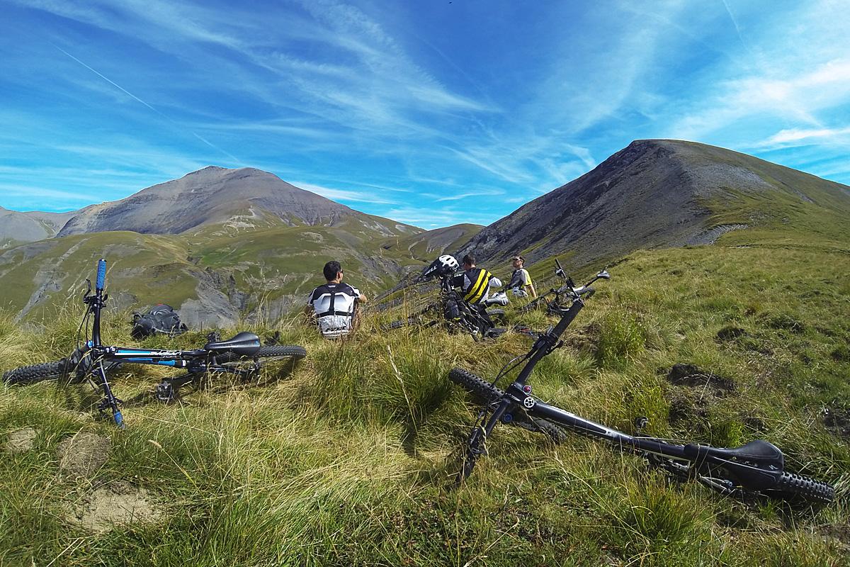 Déjeuner avec vue sur le pic du Mas de La Grave en face, et le dernier petit sommet qui nous attend à droite.