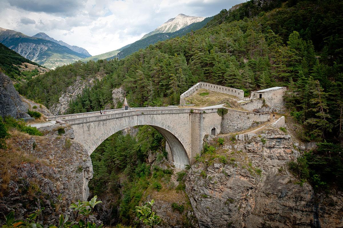 Le Pont d'Asfeld à Briançon traverse la Durance et permet d'accéder au fort des Têtes.