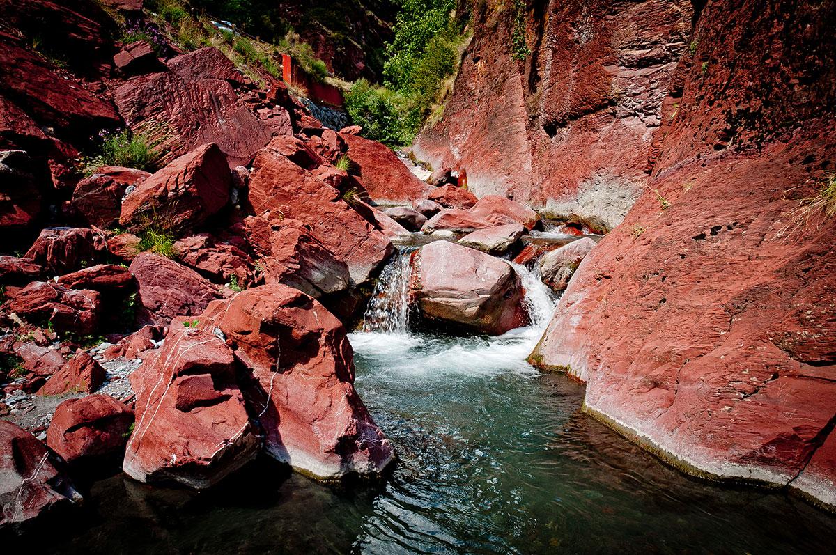 Les gorges du Cians sont l'occasion de suivre le cours d'eau éponyme qui serpente au milieu de la roche rouge.