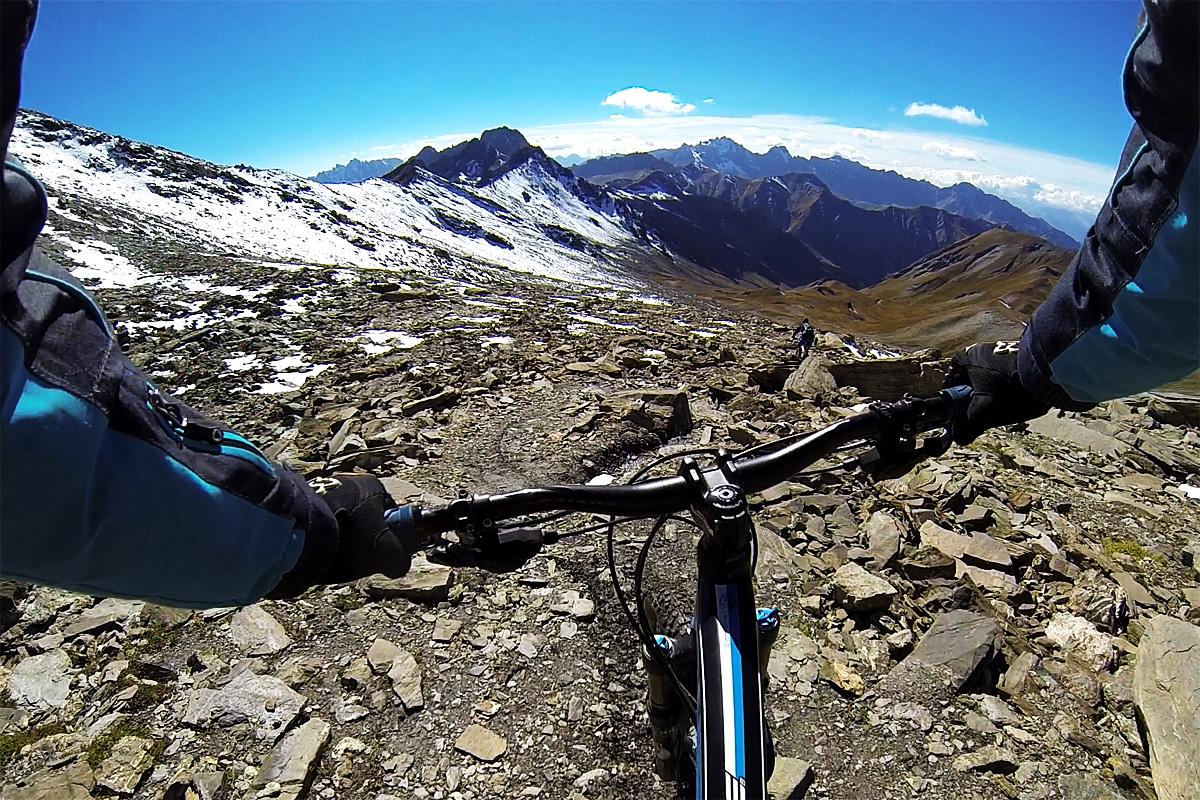 La première partie de la descente permet d'enchainer les épingles sur un terrain qui offre peu de grip à 3000m d'altitude.
